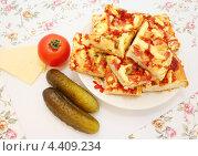 Купить «Пицца с колбасой, помидорами, солеными огурцами и сыром», эксклюзивное фото № 4409234, снято 16 марта 2013 г. (c) Наталья Осипова / Фотобанк Лори