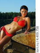 Девушка в красном купальнике на скале на фоне леса. Стоковое фото, фотограф Артем Юрлагин (Петриченко) / Фотобанк Лори