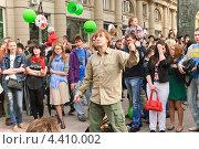 Купить «Профессиональный йо-йошник на параде мыльных пузырей Dreamflash», эксклюзивное фото № 4410002, снято 22 апреля 2012 г. (c) Алёшина Оксана / Фотобанк Лори