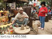 Индия. Мастер по производству глиняных изделий (2012 год). Редакционное фото, фотограф Сергей Аряев / Фотобанк Лори