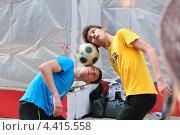 """Купить «Жонглёры с футбольным мячом на параде мыльных пузырей """"Dreamflash""""», эксклюзивное фото № 4415558, снято 22 апреля 2012 г. (c) Алёшина Оксана / Фотобанк Лори"""