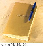 Блокнот и ручка на деревянном столе. Стоковое фото, фотограф Михаил Балберов / Фотобанк Лори