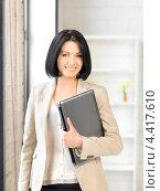 Купить «Очаровательная молодая женщина с ноутбуком в руках», фото № 4417610, снято 7 апреля 2012 г. (c) Syda Productions / Фотобанк Лори