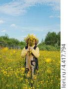 Маленькая девочка на цветущей поляне с букетом (2012 год). Редакционное фото, фотограф Елена Фомичева / Фотобанк Лори