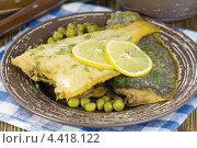 Жареная камбала с лимоном и зелёным горошком. Стоковое фото, фотограф Александр Курлович / Фотобанк Лори