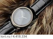Часы наручные на фоне меха. Стоковое фото, фотограф Андрей Горшков / Фотобанк Лори