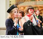 """Купить «Участницы парада мыльных пузырей """"Dreamflash""""», эксклюзивное фото № 4420590, снято 22 апреля 2012 г. (c) Алёшина Оксана / Фотобанк Лори"""