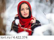 Портрет девушки в красном платке гуляет зимой. Стоковое фото, фотограф Алексей Калашников / Фотобанк Лори