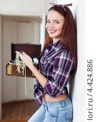 Купить «Красивая женщина держит шкатулку с бижутерией», фото № 4424886, снято 13 января 2013 г. (c) Яков Филимонов / Фотобанк Лори
