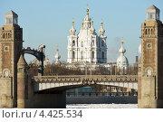 Смольный собор в створе разводного пролета моста Петра Великого, эксклюзивное фото № 4425534, снято 2 марта 2013 г. (c) Александр Алексеев / Фотобанк Лори