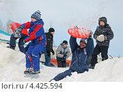 Купить «Игра в снежки на Масленицу. Защита от удара», фото № 4425594, снято 17 марта 2013 г. (c) Александр Тараканов / Фотобанк Лори