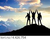 Силуэты людей на фоне гор. Стоковое фото, фотограф Евгений Валерьевич / Фотобанк Лори