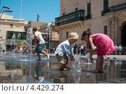 Дети купаются в фонтане (2011 год). Редакционное фото, фотограф Vas Pakulov / Фотобанк Лори