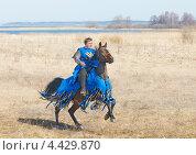 Купить «Всадник на коне в одежде средневекового воина», фото № 4429870, снято 22 апреля 2012 г. (c) Raulin / Фотобанк Лори
