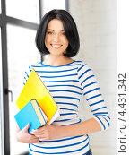 Купить «Очаровательная студентка с темными волосами в голубой тельняшке», фото № 4431342, снято 7 апреля 2012 г. (c) Syda Productions / Фотобанк Лори