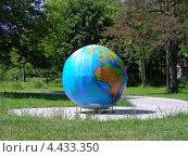 Купить «Глобус при входе в Измайловский лесопарк со стороны Большого Купавенского проезда, Москва», эксклюзивное фото № 4433350, снято 30 июня 2009 г. (c) lana1501 / Фотобанк Лори