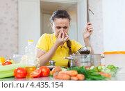 Неумелая хозяйка. Девушка зажимает нос над кастрюлей. Стоковое фото, фотограф Яков Филимонов / Фотобанк Лори