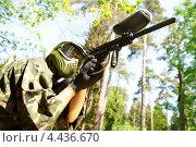 Купить «Мужчина в защитной одежде целится из оружия для игры в пейнтбол», фото № 4436670, снято 20 мая 2011 г. (c) Дмитрий Калиновский / Фотобанк Лори