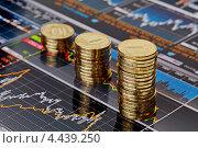 Купить «Столбики монет на финансовых графиках», фото № 4439250, снято 24 марта 2013 г. (c) Сергей Прокопенко / Фотобанк Лори