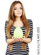 Купить «Красивая девушка держит большое зелёное яйцо», фото № 4441050, снято 2 марта 2013 г. (c) Юлия Маливанчук / Фотобанк Лори