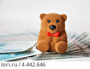 Мишка сидит на деньгах. Стоковое фото, фотограф Мария Деркунская / Фотобанк Лори