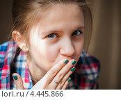 Купить «Девочка-подросток закрыла рот рукой», эксклюзивное фото № 4445866, снято 26 марта 2013 г. (c) Игорь Низов / Фотобанк Лори