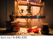 Старинная ручная деревянная мельница для кофе с лимоном и кофейными зернами. Стоковое фото, фотограф Моисеева Светлана / Фотобанк Лори