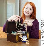 Купить «Рыжая девушка с ювелирными изделиями в сундучке», фото № 4447534, снято 12 января 2013 г. (c) Яков Филимонов / Фотобанк Лори