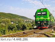 Купить «Поезд на фоне гор в солнечный летний день», фото № 4448286, снято 27 августа 2012 г. (c) Светлана Кузнецова / Фотобанк Лори