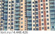 Купить «Фасад высотного многоквартирного дома. Приближение камеры», видеоролик № 4448426, снято 27 марта 2013 г. (c) Кекяляйнен Андрей / Фотобанк Лори