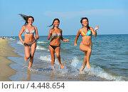 Купить «Три девушки в купальниках бегут по берегу моря», фото № 4448654, снято 9 июля 2012 г. (c) Эдуард Кислинский / Фотобанк Лори