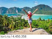 Девушка в платье и летней шляпе с распростертыми руками на фоне острова Пипи (Phi Phi), Таиланд (2013 год). Стоковое фото, фотограф Олег Жуков / Фотобанк Лори