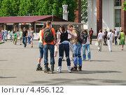 Купить «Молодежь на роликах в Москве», эксклюзивное фото № 4456122, снято 20 мая 2012 г. (c) Алёшина Оксана / Фотобанк Лори