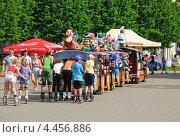 Купить «Дети на роликах прицепились к прогулочному паровозику», эксклюзивное фото № 4456886, снято 20 мая 2012 г. (c) Алёшина Оксана / Фотобанк Лори