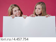 Девушки держат пустой плакат. Стоковое фото, фотограф Mykhaylo Mykulyak / Фотобанк Лори