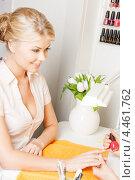 Молодая женщина во время маникюра в салоне красоты. Стоковое фото, фотограф Syda Productions / Фотобанк Лори