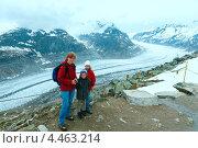 Купить «Семья на Великом Алечском леднике (Bettmerhorn, Швейцария)», фото № 4463214, снято 10 июня 2012 г. (c) Юрий Брыкайло / Фотобанк Лори