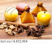 Купить «Пирожные и пряности на деревянном столе», фото № 4472954, снято 23 декабря 2012 г. (c) Куликов Константин / Фотобанк Лори