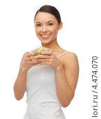 Купить «Молодая женщина с ростками проросшей пшеницы», фото № 4474070, снято 12 января 2013 г. (c) Syda Productions / Фотобанк Лори