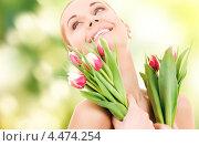 Купить «Красивая счастливая девушка с букетом весенних цветов», фото № 4474254, снято 15 декабря 2017 г. (c) Syda Productions / Фотобанк Лори