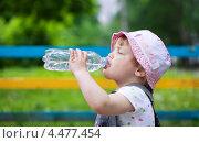 Купить «Двухлетний ребенок пьет из пластиковой бутылки», фото № 4477454, снято 18 мая 2012 г. (c) Яков Филимонов / Фотобанк Лори