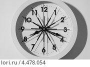 Настенные белые часы со множеством секундных стрелок. Стоковое фото, фотограф Александр Дубровский / Фотобанк Лори