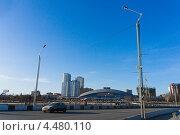 Челябинск, мост через через реку Миасс на фоне торгового центра (2013 год). Редакционное фото, фотограф Печеркин Артем / Фотобанк Лори