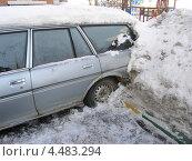 Автомобиль вмерз в сугроб (2013 год). Редакционное фото, фотограф Николай Иванов / Фотобанк Лори