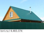 Крыша дома из зеленой металлочерепицы (2012 год). Стоковое фото, фотограф Сергей Аряев / Фотобанк Лори