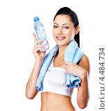 Купить «Улыбающаяся женщина с бутылкой воды», фото № 4484734, снято 2 ноября 2012 г. (c) Валуа Виталий / Фотобанк Лори