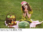 Купить «Девочка на пикнике в парке», фото № 4484778, снято 18 сентября 2011 г. (c) Чепко Данил / Фотобанк Лори