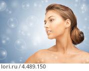 Купить «Красивая молодая женщина на сером фоне с мыльными пузырями», фото № 4489150, снято 28 августа 2011 г. (c) Syda Productions / Фотобанк Лори