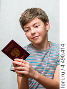 Купить «Радостный мальчик-подросток с паспортом в руках», эксклюзивное фото № 4490414, снято 7 апреля 2013 г. (c) Игорь Низов / Фотобанк Лори