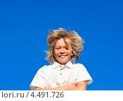 Купить «Радостный мальчик с золотистыми волосами на фоне голубого неба», фото № 4491726, снято 2 апреля 2009 г. (c) Wavebreak Media / Фотобанк Лори